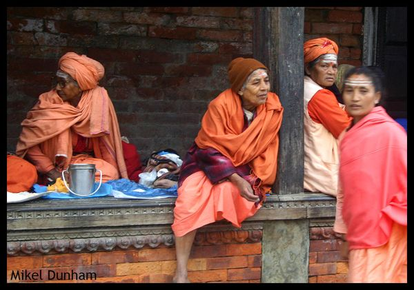 6-Pashupatinath-women in saffron