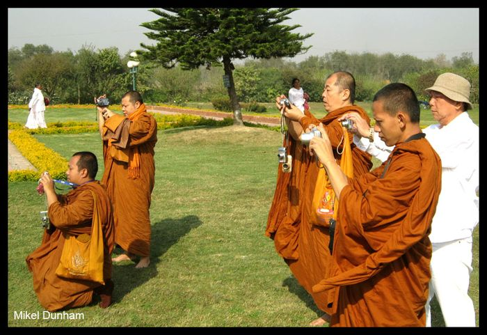 01-Monks photographing